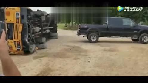 一辆皮卡把一辆翻倒的校车!拉了起来!这是什么皮卡牛啊!