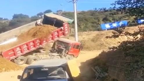 大货车卸车失败,眼睁睁的看着它翻车,司机还是经验不足啊!