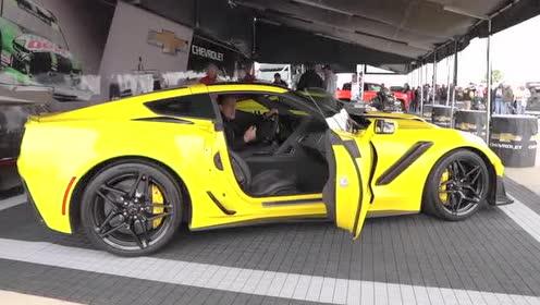 2019 款Corvette ZR1原车配有粗壮的中置尾排