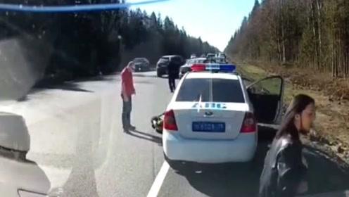 车道里交警开罚单被撞,这样的车祸到底谁来负责任