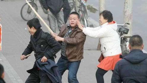 30岁处男被7旬老汉性侵,事后崩溃大哭,手持木棍高速上打人!