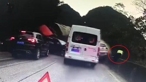 现场惊险!大货车失控连撞多车,交警1秒跳下公路死里逃生