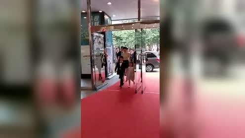 邓超孙俪携儿女亮相红毯,娘娘穿短裙大秀美腿