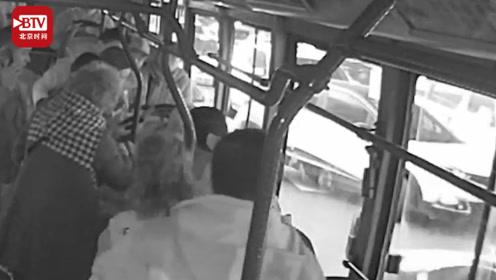老人突发疾病晕厥  武汉公交司机乘客联手救助