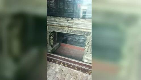 这是我家祖传的,皇帝批奏折的桌子,你们觉得能值多少钱?