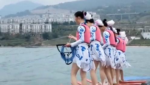 江边的开船仪式,请了美女穿短裙滑板,这个天气花多少钱才能让她们出来啊?