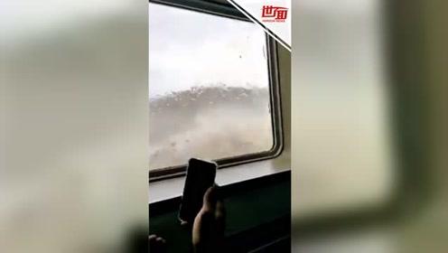 宛如灾难片!船只海上遭遇惊涛骇浪 船身被浊浪猛拍乘客吓疯