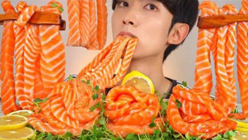 青嫩的豆苗配橙黄色三文鱼,小哥吃出面条感觉,真是无比鲜美