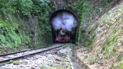 蒸汽火车穿出山洞,喷出浓浓的蒸汽
