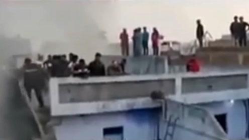 印度工厂大火致35死56伤 消防部门:救援仍在继续