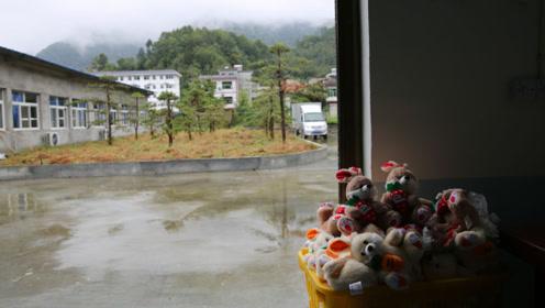秦巴山里的毛绒玩具厂,留守妇女带娃上班两不误,一月挣多少