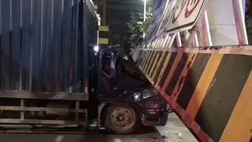 广东东莞一货车撞塌限高架,导致两车被压,一人受伤