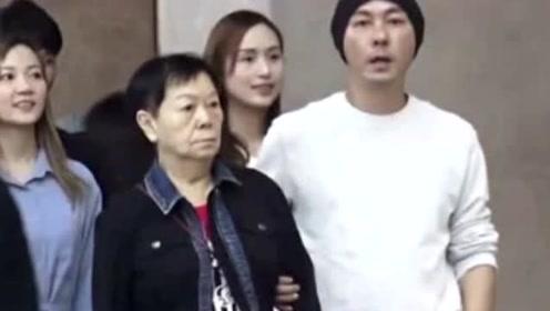 """""""孝子""""张卫健陪81岁母亲逛街,全程如保姆!为了妈妈夫妻曾两地分居"""