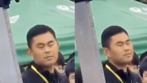 学生运动会跳高失误,老师闭眼无奈脸成表情包走红