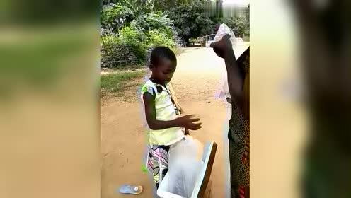 非洲小女孩卖的这种水,第一次见