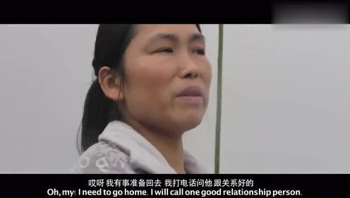河中行驶:夫妻俩把货船停在湖南湘潭中段,准备利用装货时间回家