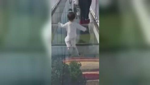 女童不经意走入玻璃栈道1秒刹停 下一秒淡定返回