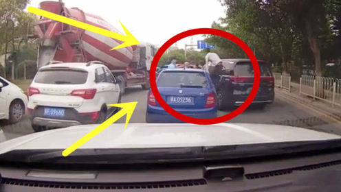 亲眼目睹路怒车主打架,女司机一脸蒙圈!