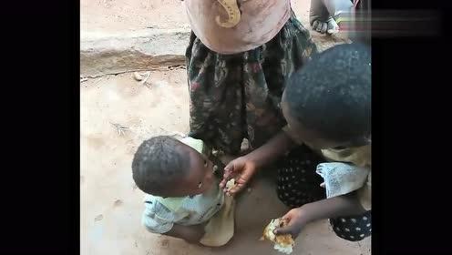 非洲姐姐喂哭娃,他竟都吐出来,中国小伙给他好的吃惯了