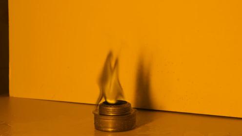 世界上存在黑色火焰吗?老外用盐水和酒精灯测试,下一幕让人意外