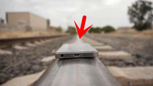 最作死的实验,小伙将苹果手机放在火车轨道上,6秒后让人傻眼了