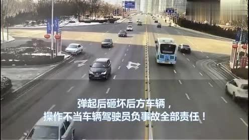 银色轿车操作不当撞向绿化带后弹起,砸坏后方轿车,承担全部责任
