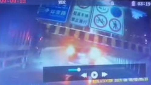 东莞常平一限高架被撞塌砸中两车 监拍惊险一幕