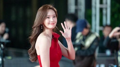 林允儿又穿红裙征战红毯!斜肩款式美得闪耀,不愧是人间尤物