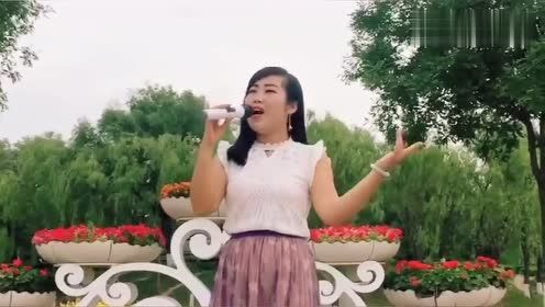 姑娘唱一首老歌《这条街》,旋律优美,听一次就印象深刻