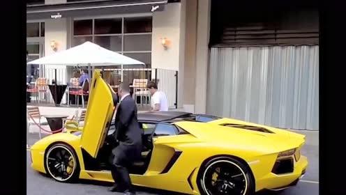 高个子的人果然不适合开跑车,这就是我为什么不买这台车的原因