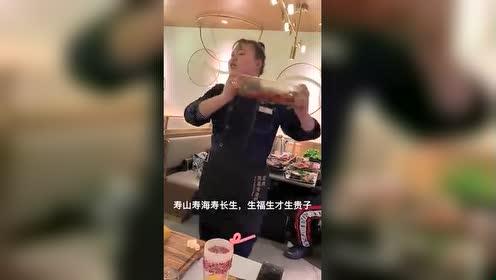 这个服务员真的是唱跳高手!