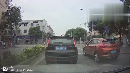 这名行人怎么也没想到!轿车就这样撞了上来!