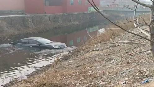 老司机这是喝酒了吧,大白天还能把车开河里了,无语!