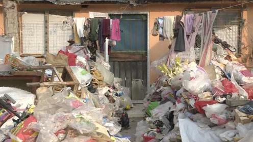 济南一老太将垃圾堆满门,居民投诉无果,物业称清理后还会扔