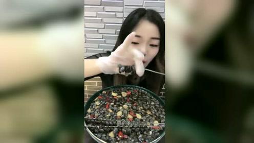 吃货姐吃泥螺的方式真任性