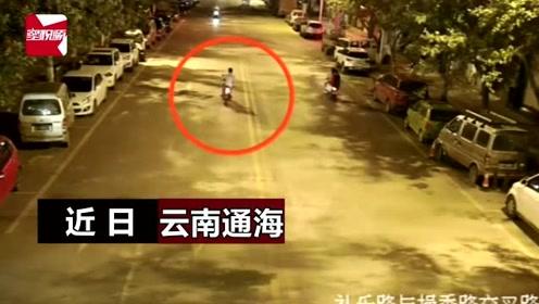 """监拍:云南醉酒男驾车路中央""""蛇形走位"""",撞上路边货车头破血流"""