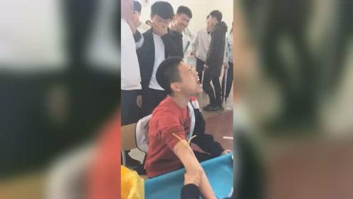 高三男生体检抽血被吓成表情包 浮夸举动引同学笑喷