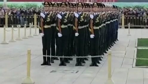 立定口号一出,国旗卫士停下脚步齐转身,四队秒变两队!这一幕太帅气了!