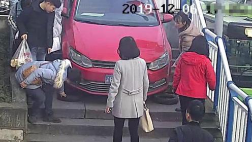 女子盲目听从导航 驾车卡在人行道梯坎上