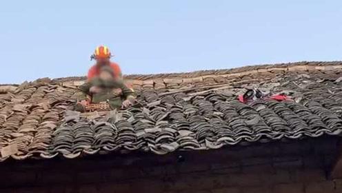 心酸!失明老人独自去探望姐姐,跌落山坡被困屋顶