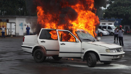 熊孩子小区玩火连烧5辆车,车主索要赔偿,家长:孩子不懂事!