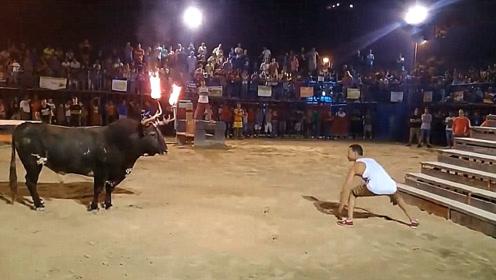 男子挑衅公牛,结果直接被顶上天,不作死就不会死啊!
