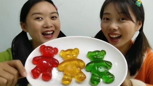 """妹子抱着""""小熊软糖""""啃,女汉子没形象惹得闺蜜直瞪眼,超好笑"""