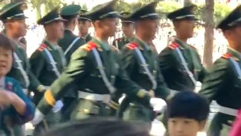 武警战士巡逻,个个威武帅气,旁边黄衣美女好像都看呆了!