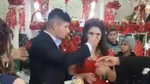 新郎将蛋糕硬塞给新娘还摔碎香槟 网友怒劝:赶快离婚