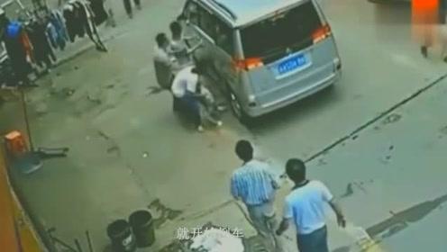 男童被轿车碾压,查看监控,父母肠子都悔青了!