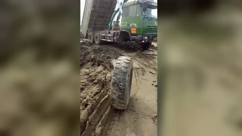 开车真厉害,货车轮胎都掉了一个!