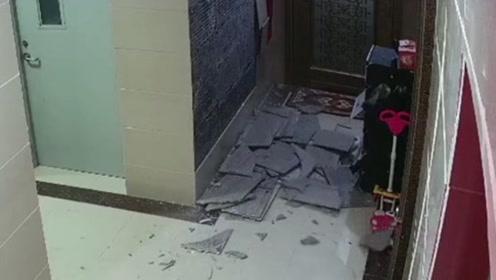 小区楼道墙砖突然连块掉落 吓坏正开门回家的居民