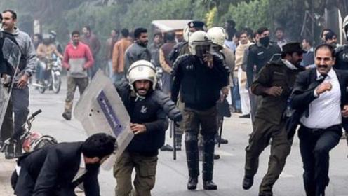 残暴!两百名巴基斯坦律师打砸医院火烧警车 3名病人失救死亡
