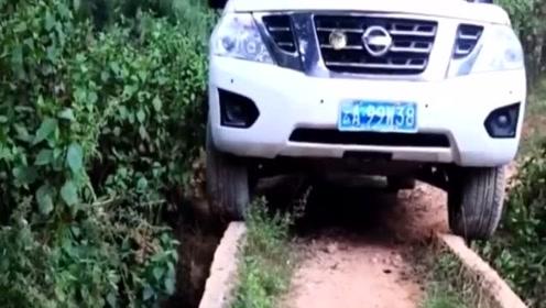 途乐第一次回村,车主一定要将车开到家门口,结局打脸了吧!